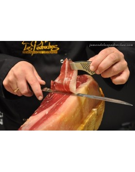 Maestro cortador prepara el jamon que quieras